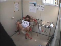 仮設トイレで ご自由にお使いください 若い男2人に入られ強制3Pセックス ...