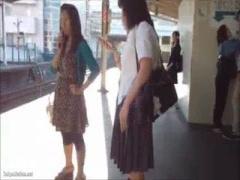 パンチラ 制服JKパンチラ盗撮! ローアングルからスカートめくりまで! 生パ...