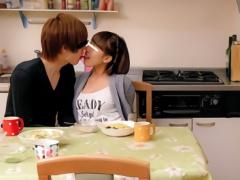 親がいる前では不仲な兄妹、本当はラブラブで家族が家にいるのに近親相姦...
