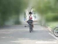 ショートカットのお姉さんがアクメ自転車の刺激に耐え切れず公園で潮吹き