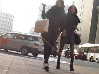 街撮り脚フェチ! 並んで歩く黒パンストの短パンとミニスカ女性を追い抜い...