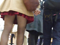 彼氏と指を絡ませながら歩くミニスカ彼女! 見えそうで見えない黒パンストの先