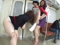 電車内で豊満な痴女お姉さん達に抱え上げられ手コキ&フェラで攻められるM男