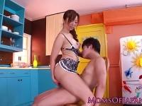 キッチンでビキニ型裸エプロンの痴女妻にいじられてセックス