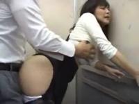 エレベーターの中で熟女女優にイチモツをフェラさせる動画