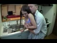 掃除機をかけてた娘のパンチラに欲情しちゃう父親