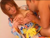 浴衣を着崩した巨乳っ娘の両乳首を同時に舐め責めして喘がせる!