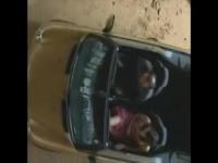オープンカーでドライブしながら助手席の彼女のアソコを愛撫