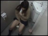 女子校生が駅のトイレでオナニーをする姿をリアル盗撮