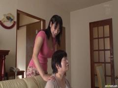 巨乳人妻が筋肉もりもりマッチョのギンギンチンポをフェラチオ奉仕