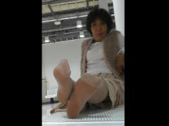 個人撮影 素人投稿 不細工な熟女を褒めまくって足を撮影する頭の可笑しい...
