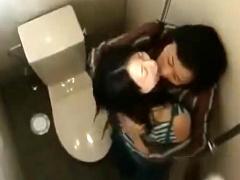 ヘンリー塚本 公衆トイレで卑猥に交わる女たち! 熟女人妻たちのベロチュー...