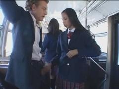 スクールバス内でリーマンのおじさんを痴女る海外の黒髪JK