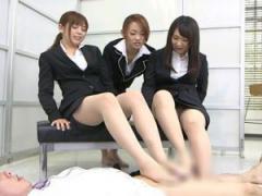 リクルートの痴女子大生たちが足コキで面接官をお仕置き! 逢乃なのは