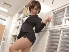 タイトスカートのエロ尻パンスト美女が会社で後輩を誘惑セックス!