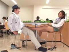 ツンツンしたオフィスレディが休憩室で対面した男性を足コキで焦らす