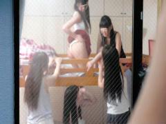女子寮を覗いていたらバレてしまった結果 寮に連れてこられ、美女2人にチ...