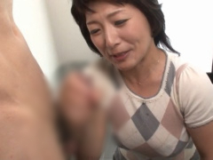 痴女 射精の瞬間を見るのが大好きなムチムチ熟女が配達に来た男のチンポを...