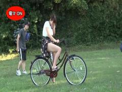 自転車に固定された電マで公園をサイクリングさせられる巨乳ギャル! 公衆...