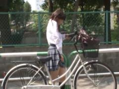 未体験の快感で勝手に腰がマンズリ…駐輪場の自転車のサドルにこっそり媚薬...