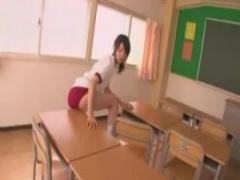 JK角オナニー かわいい体操服女子校生がブルマの股間を机の角に押し付けて...