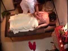 旦那が横にいるのにエロマッサージされて欲情する美人妻を盗撮