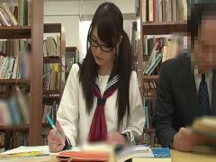 会社員のおじさんに図書館でハメられてしまう真面目そうな眼鏡の制服美少女
