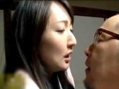 ヘンリー塚本 旦那のセックスでは満足出来ない人妻、同居中の義父と不倫!