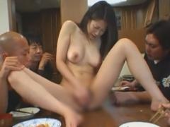 息子の悪友たちの恥辱に耐える友田真希おかずはお母さんのオナニー食卓上でM字開脚全裸ご給仕