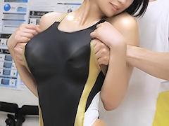 ソコはだめぇぇっ‥ 競泳JDをマッサージ中に水着の中に指を忍ばせ乳首責め...