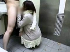 援交 トイレでフェラする若い娘