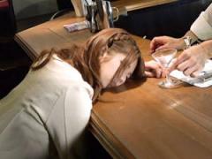 バーで飲んでる素人娘のカクテルにこっそり睡眠薬を入れて昏睡させ勝手に...