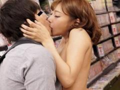 アダルトショップにいた男性客に有名女優が突撃セックス!