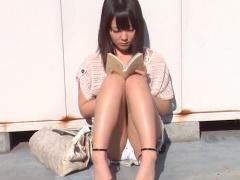 パンチラ エッチ! 屋上でJKがパンチラで本を読んでたのでガン見してたらバ...