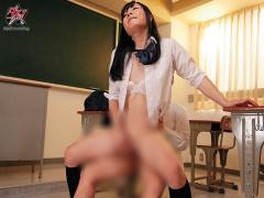女子校生 男の娘 女子校生の制服姿の男の娘がピンクの乳首をつままれなが...