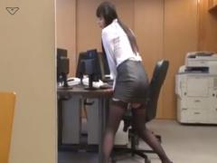 誰もいないオフィスで机の角に股間をこすり付けてオナニーするOL