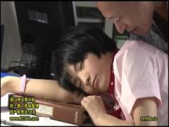 夜勤中に居眠りしてしまっている看護師を夜這い! 白衣の下のうっすら汗ば...