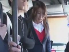 バスで手マン痴漢されて潮吹きする巨乳OL動画