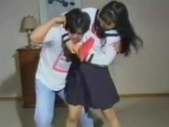セーラー服女子校生がM男にプロレス技暴行! 流れるように繰り広げられる技...