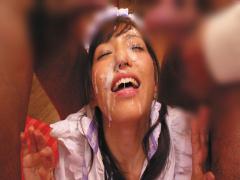 エロカワメイドがご奉仕フェラで大量ザーメンを浴びるぶっかけ複数プレイ!...