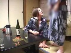 人妻 旅館で酔っ払った変態熟女がいきなりオナニーしてセックス