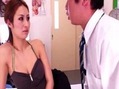 保険の先生が巨乳を見せつけて、思春期のチンコの精子を抜いてあげて解放...