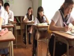 JK露出オナニー 露出狂のスレンダー童顔女子校生が授業中にパンチラ見せ付...