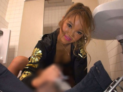 超コワ~いヤンキーギャルに公衆トイレで手コキ抜きされちゃう