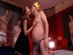 裸の王様の勃起チンポをご奉仕フェラするスレンダーギャルがくっそエロいwww