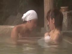 巨乳の美人妻が混浴で発情した男に寄り添い他人棒を生ハメ連続中出し