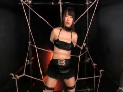 初美沙希くすぐり 巨乳美女が蜘蛛の巣緊縛され徹底くすぐり拷問鼻コヨリの刑