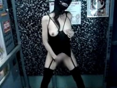 野外で変態露出を撮影されて悶えるドM熟女のオナニー動画がネットに公開さ...