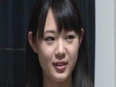 黒髪で清楚な美少女が素人宅を訪れ一緒にシャワーを浴びたあと、甘い声で...