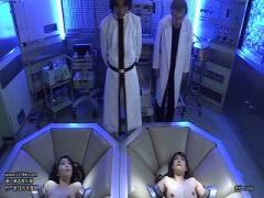 実験台にされたお姉さん2人が、拘束されておマンコにバイブ突っ込まれてイ...